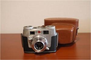 Memo:1951-1958普及機として、米Kodakから発売されたSignet35は、 コンパクトなボディーに優秀なエクターレンズの組合せで、米国を代表する35mmカメラ。 正面から見るとミッキーマウスに見えるので、通称ミッキーマウスと呼ばれている。