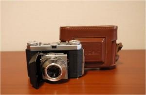 Memo:コダック・パテ(フランス)社より販売され、フランス製レンズANGENIEUXが 組み込まれ、シャッターはアトム・アトス2型Kodak製を採用していた。